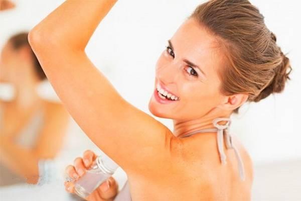 Как отстирать белые пятна от дезодоранта под мышками, выводим следы пота