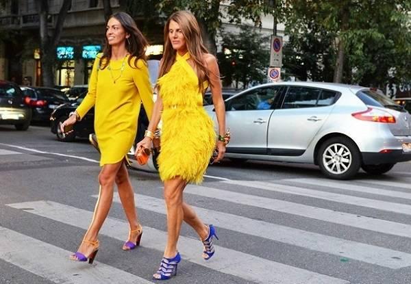 желтое платье и яркие туфли