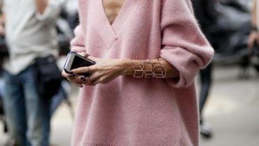 Пуловер стильно смотрится с платьем